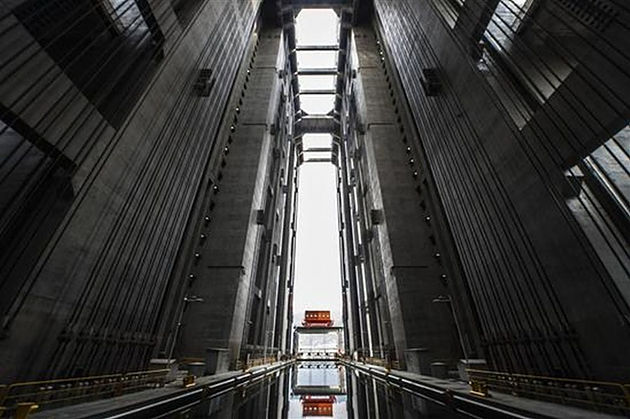 worlds-largest-ship-elevator-opens-at-three-gorges-dam-in-central-china